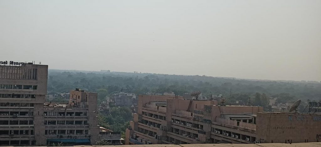 Delhi suffocates as air pollution reaches dangerously high levels due to dense smog, AQI stands at 461